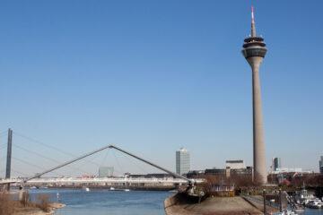 Düsseldorf Rheinturm Blick vom Medienhafen
